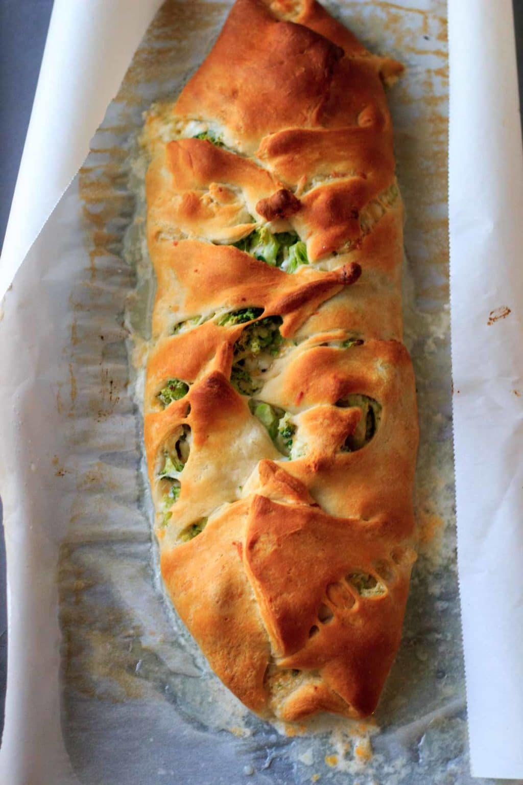 Broccoli crescent wrap - broccoli and cheese goodness all wrapped up in crescent roll dough. Easy, quick vegetarian dinner, made healthy by swapping out the mayonnaise!