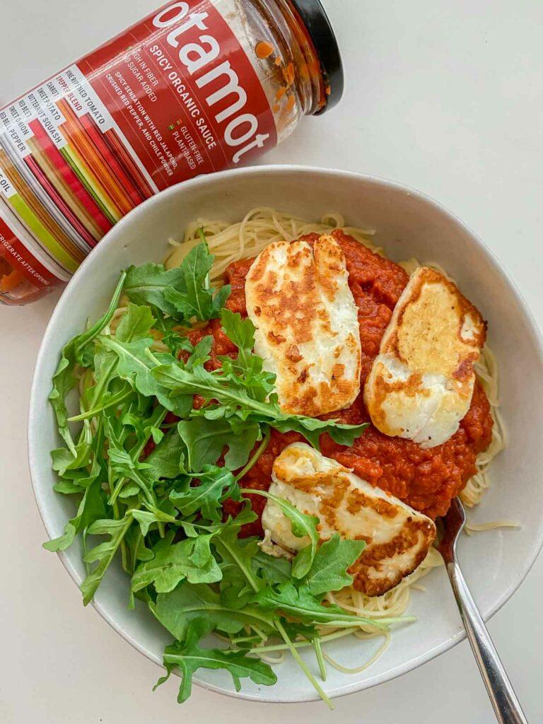 spaghetti with spicy Otamot organic sauce, arugula and fried halloumi cheese